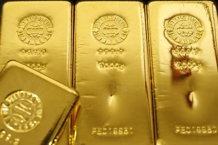 Oil up on Putin comments, gold fades